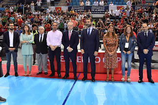Los premiados con el presidente de la Española.