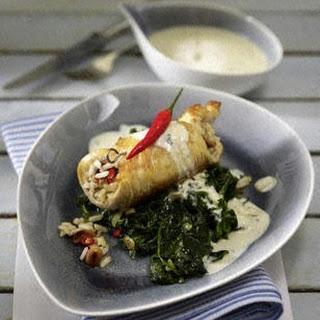 Putenschnitzel mit Erdnussreis-Füllung auf Blattspinat und Gorgonzolasoße