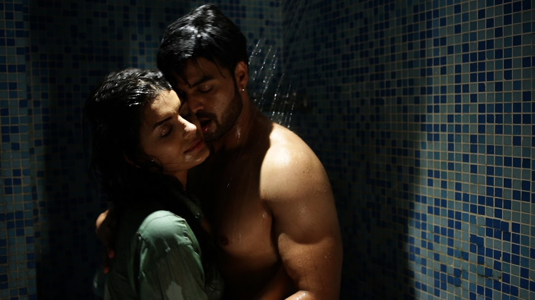 SONALI RAUT & YUVRAAJ PARASHAR Under shower