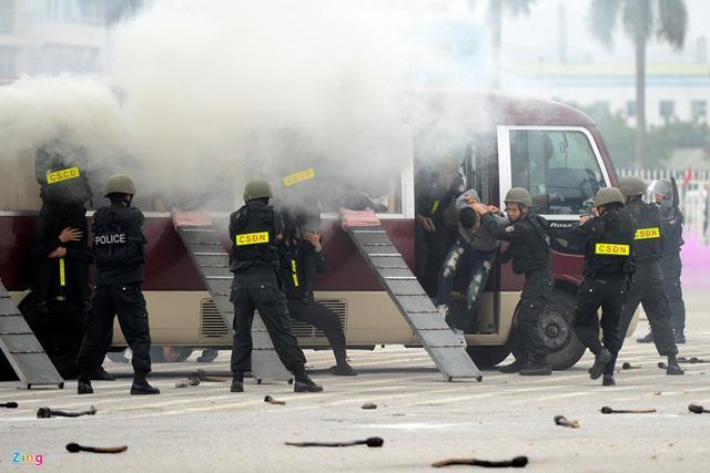 Description: Các chiến sĩ nhanh chóng bao vây, dùng mìn lá phá cửa, ném quả nổ cay tấn công tiêu diệt những kẻ khủng bố, giải thoát các con tin trong xe.