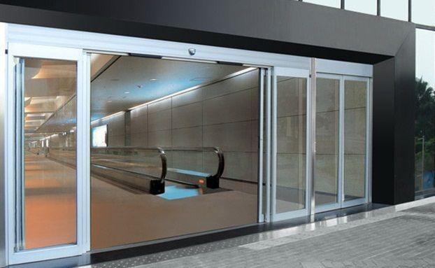 Chiếc cổng tự động bằng cửa kính tại khu vực công cộng