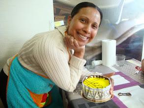 Photo: Delma super orgullosa de su tarta de Mousse de limón.