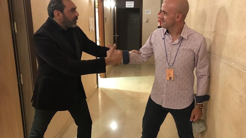 El compositor recibe la enhorabuena de Pepe Luis Carmona.