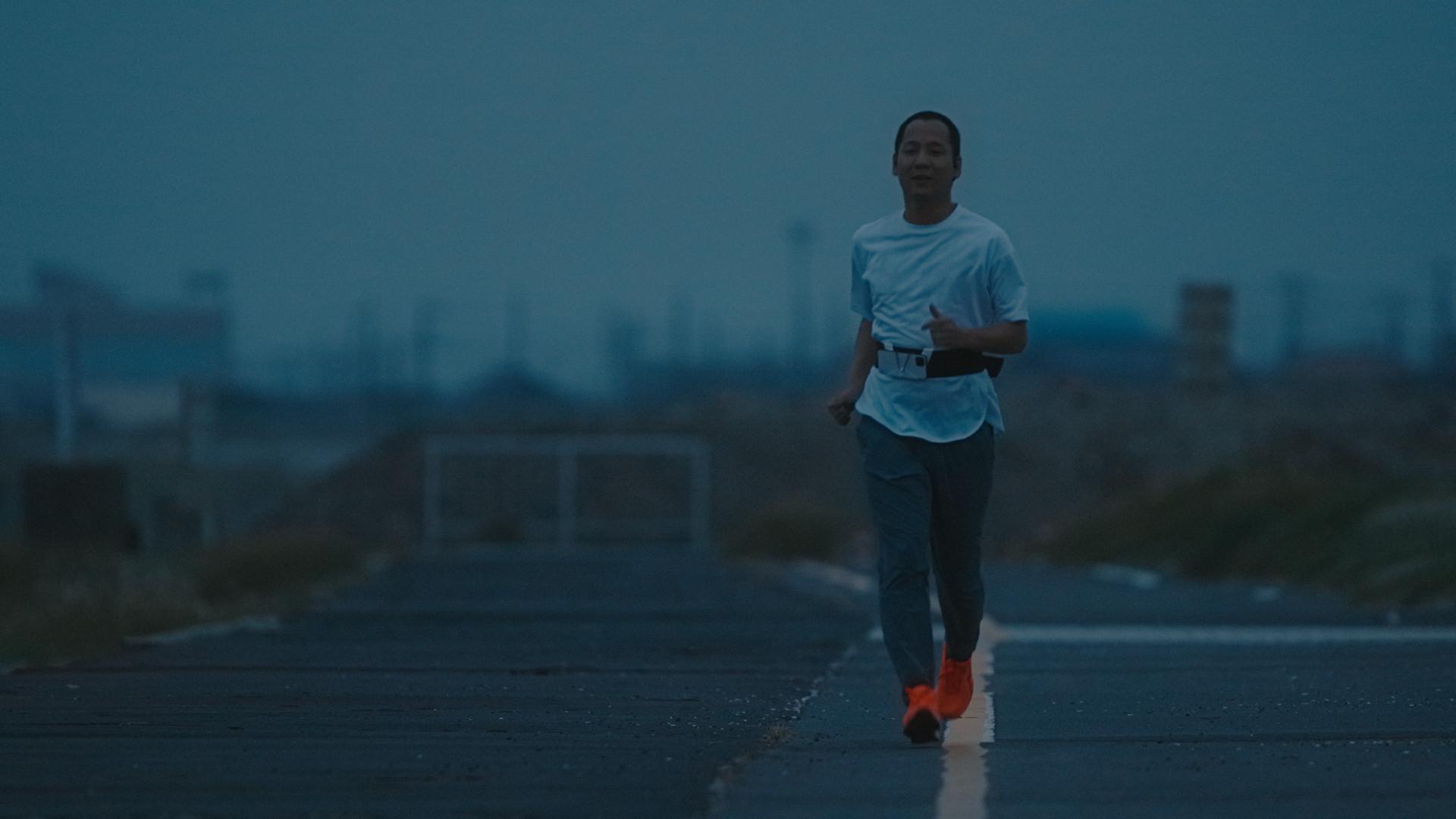 写真:朝日が上る時間帯に海沿いのコースを一人で走る御園さん。