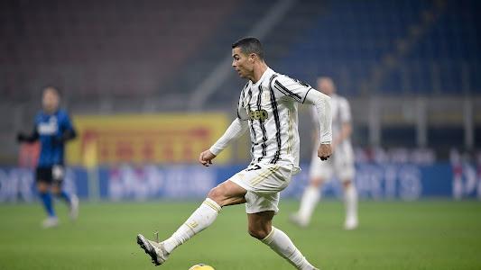 VIDEO - Cristiano Ronaldo Hukum Blunder Kiper Inter Milan dengan Gol Pintar - Bolasport.com