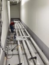 Photo: Galerie technique : réseaux d'eau glacée. 4 sept. 2014 : Visite de Chantier