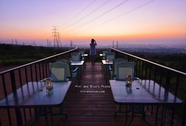 台中夜景  向海咖啡屋,台中龍井台灣大道上玻璃貨櫃屋夜景。那兩蚵、綠朵旁邊
