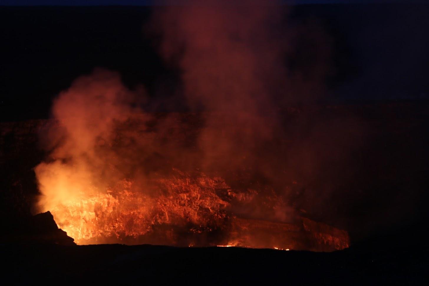 Vue nocturne du Kilauea en éruption depuis le Jaggar Museum