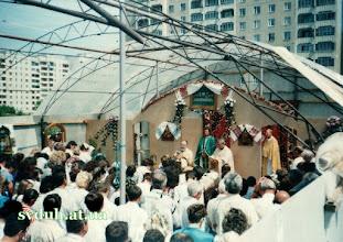 Photo: 1998- празник храмовий Вже зимою о. Михайло почав думати про те, щоб побудувати тимчасову капличку, щоб захистити вірних від дощу і холоду під час Богослужінь. Домовившись із директором теплиці у Винниках, було закуплено (чисто символічна ціна) каркаси із металу і клейонку. Весною 1998р.було змонтовано каплицю-теплицю, та вітер часто здирав цю клейонку. І тому стіни замінили на плоский шифер, зробивши в ньому вікна, але дах залишився тепличний. Перший празник громада святкувала у своїй каплиці.