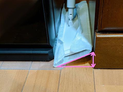 冷蔵庫と食器棚のすき間に無印のワイパーを入れた図。ヘッドが斜めになっている