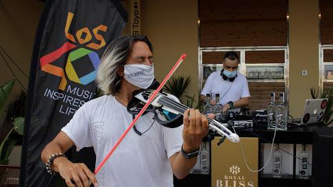 El dj Kiko de Sierra y Quike Navarro, violin live en la fiesta de Náutica y Los40.