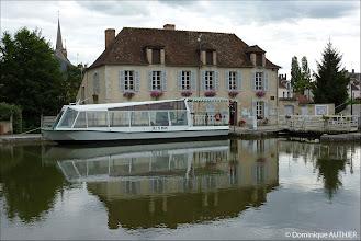 Photo: Bâtisse de la Capitainerie de Briare.  C'est aussi le point de départ des croisières touristiques fluviales organisées par la ville de Briare. Ancienne photo de 2010.
