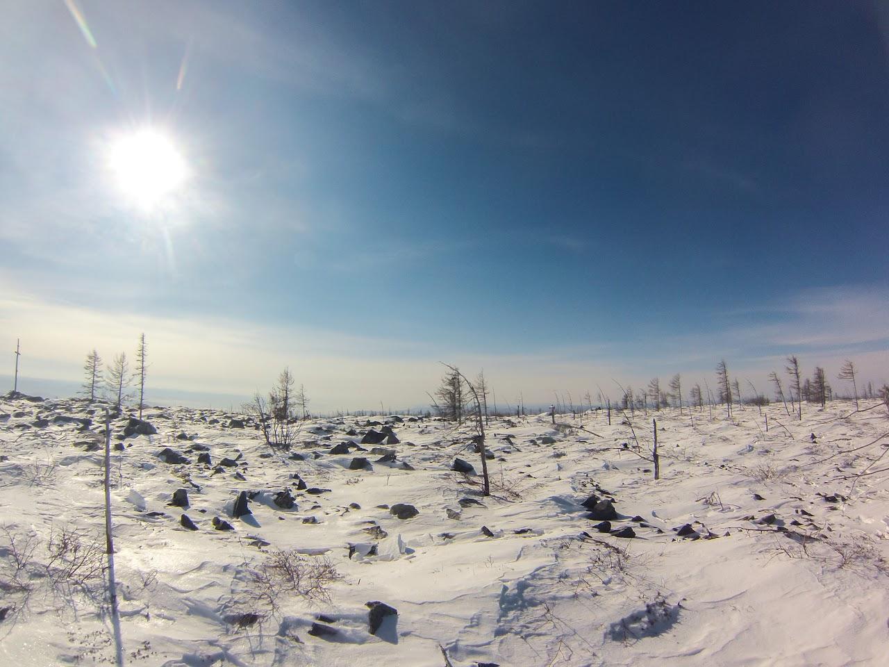 Вершина усыпана камнями и покрыта снегом - Скоростное восхождение на голец Саранакан 2017