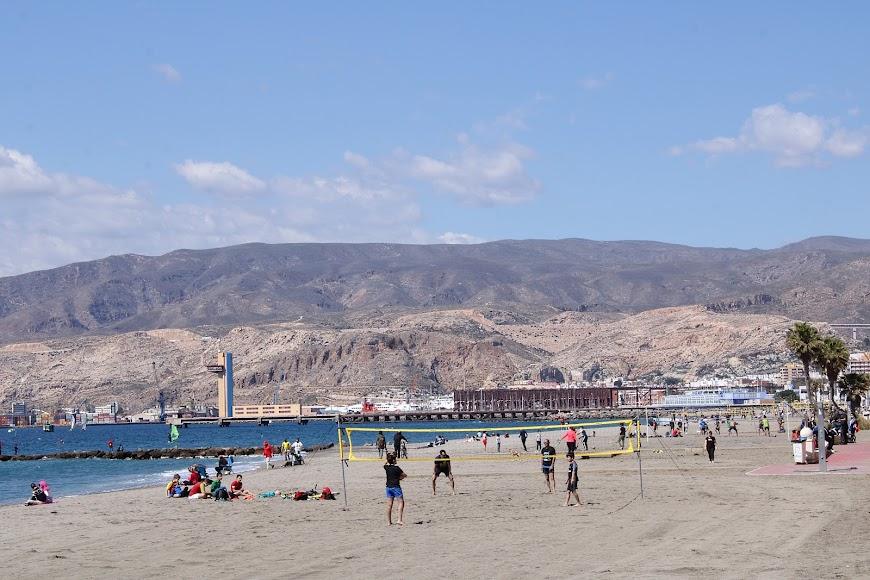 Los almerienses toman la playa en el 1º domingo de Primavera.