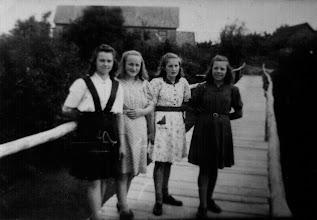 Photo: Vienintelė nuotrauka, kurioje galima įžiūrėti klebonijos pastatą. Stovi iš kairės: Jacinta Grigalauskaitė, Marytė Žilinskaitė, Nijolė Levinskaitė, Danutė Grigalauskaitė. ~1950 m. Nuotrauka iš Marytės Daukšienės (Žilinskaitės) asmeninio archyvo