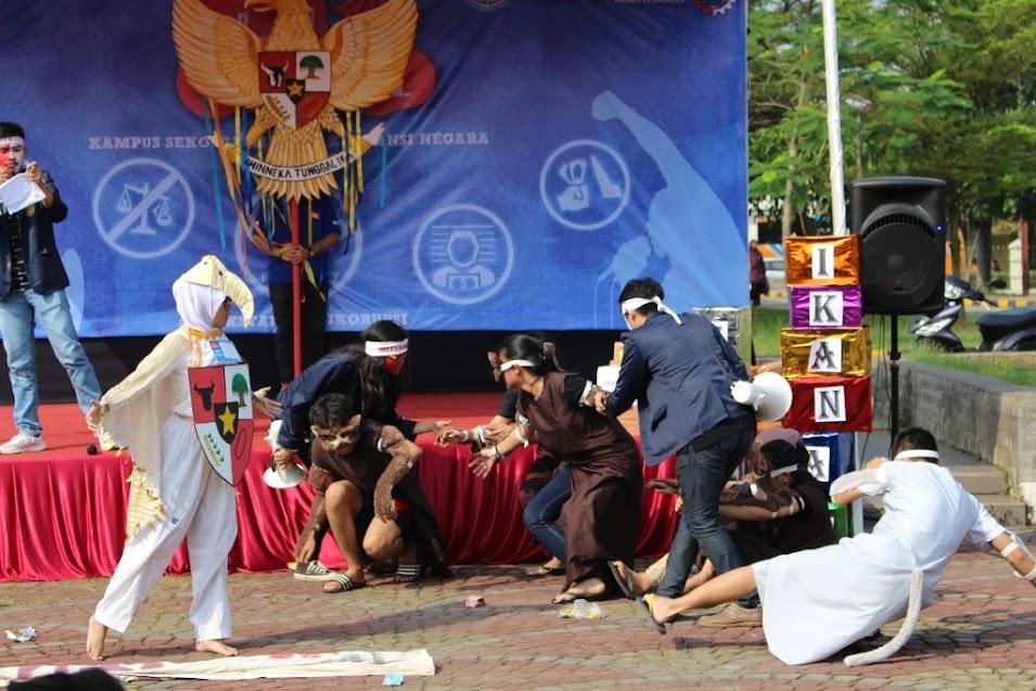 Salah seorang peserta mengenakan kostum Garuda lengkap dengan perisai di salah satu penampilan