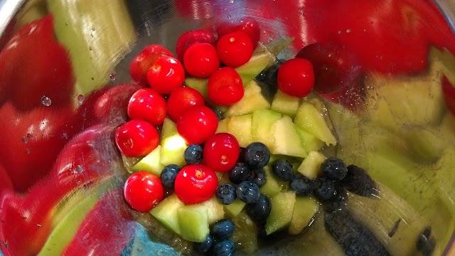 フルーツを島有泉で和えている写真
