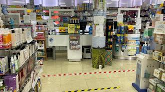 Seguridad con mamparas y líneas para mantener la distancia entre clientes.