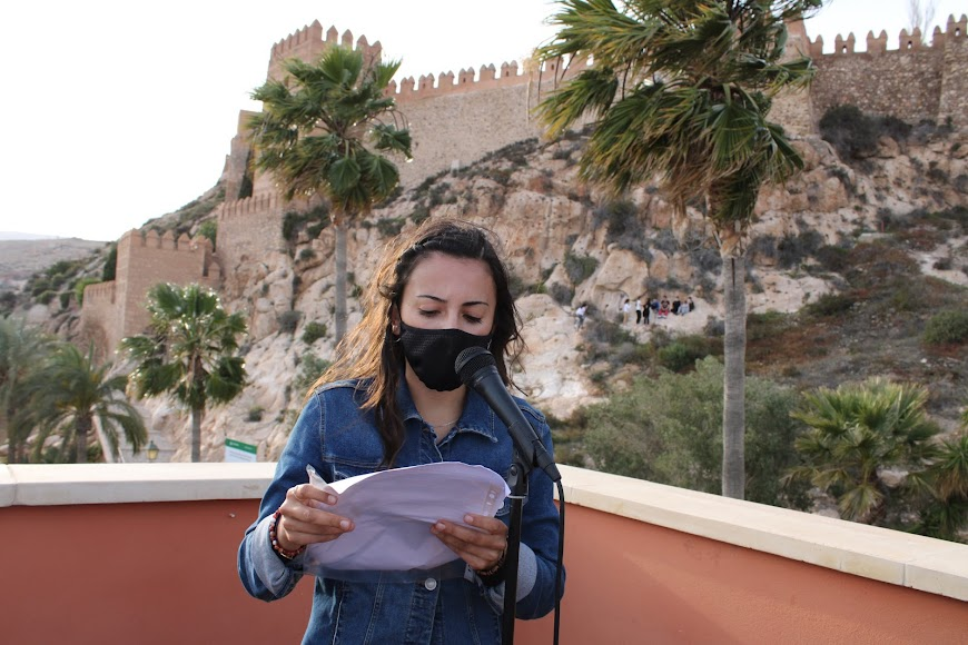 Laura Bonilla durante la lectura de sus relatos.