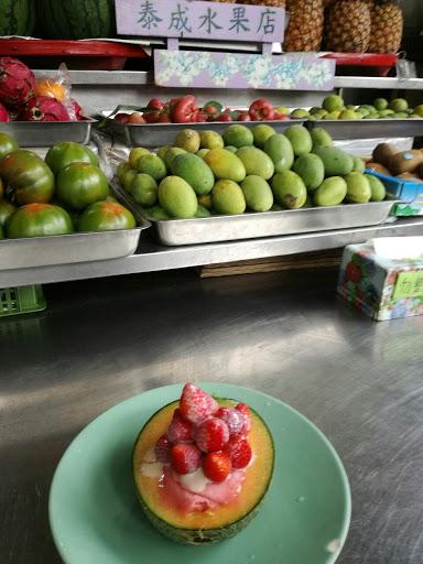 冰沙吃的出來是水果現做的很好吃,水果跟煉乳也很香甜可口。         可是唯一可惜的是220的草莓瓜瓜,哈密瓜果肉太硬很難挖乾淨來吃。