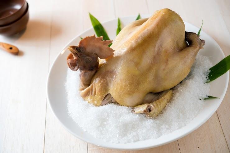 【台灣土雞王-凱馨】的「桂丁土雞」,以專利的海藻酵母飼料,養足90天,肉質軟中帶Q。            使用天然有機湖鹽調味,低溫醃漬鎖住鮮美,解凍後即可食用。