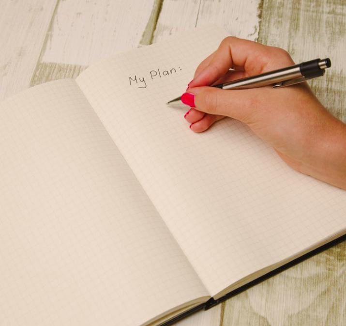 Naine kirjutab vihikusse