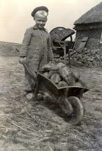 Photo: Egbert Nijhof Berend zoon bij zijn opa en oma aan de naweg
