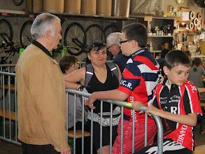 Photo: Serge en grande discussion avec les adhérents.