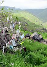 Photo: Toivomuspuu - paikallista (pakana)traditiota kirkon kupeessa
