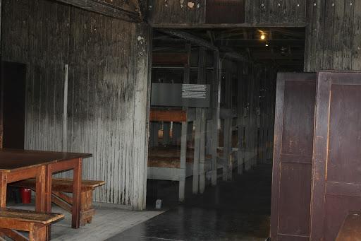 Im Innern einer der Häftlingsbaracken (Zum Öffen der Fotostrecke auf das Bild klicken - alle Bilder F.M.)
