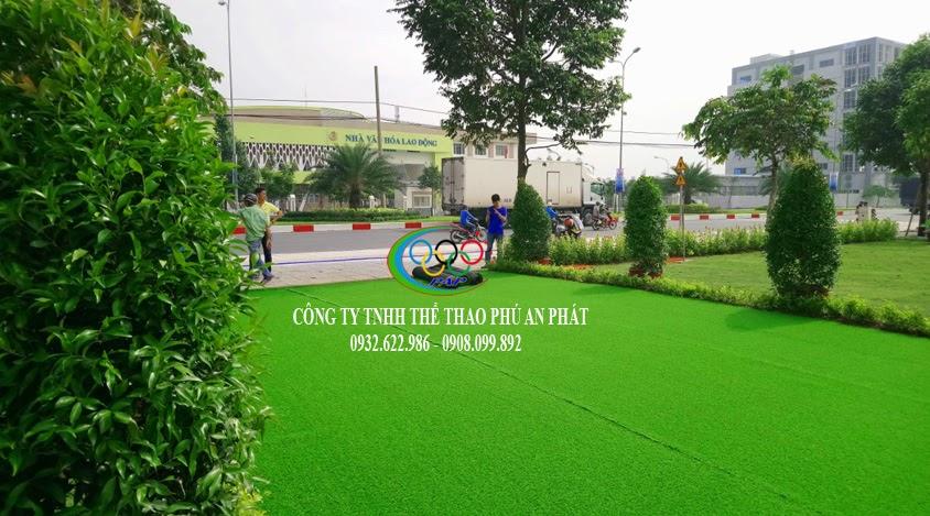 thi công thảm cỏ nhựa cho khuôn viên sân vườn vườn