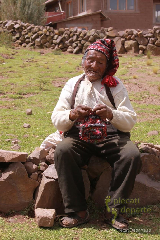 barbat care tese, pe Insula Taquile, pe Lacul Titicaca, la 4000m in Peru