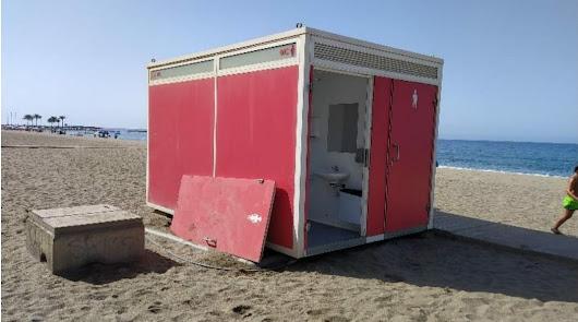 El vandalismo obliga a gastar más de 15.500 euros en los aseos de la playa