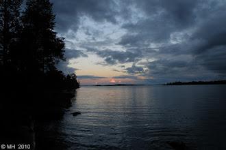 Photo: 3.8.2010 Ilta Pienellä- Kahhkusaarella. Kasariselkä jäi tuonne. Sadepilvet saapuu oikealta. Parempi käydä pitkälleen telttaan.
