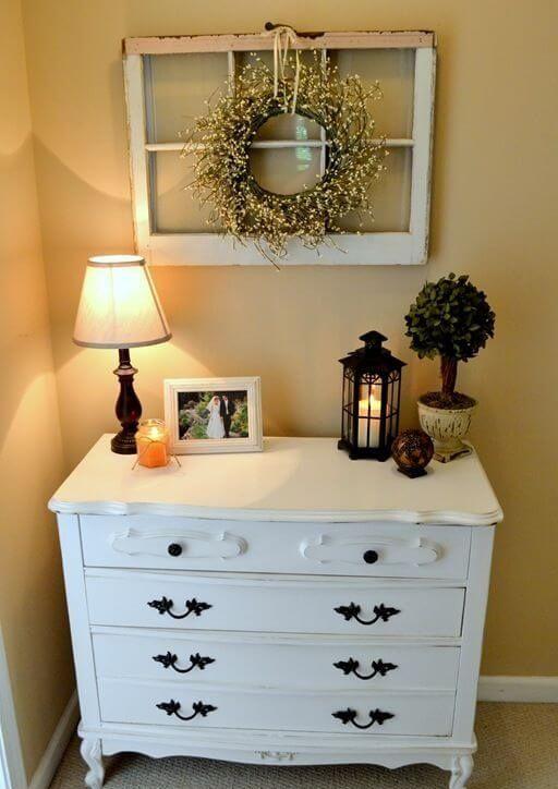 Những kệ tủ phòng ngủ với đèn và hoa đơn giản mà đẹp