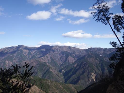左から十枚山・岩岳・仏谷山など(中央奥が富士山だが・・・)