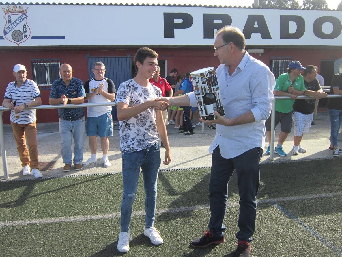ADR Numancia de Ares. Trofeo a la regularidad Bodegas y vinos Ares Aficionados 2016-2017. Manel entrega el premio a Marcelo.