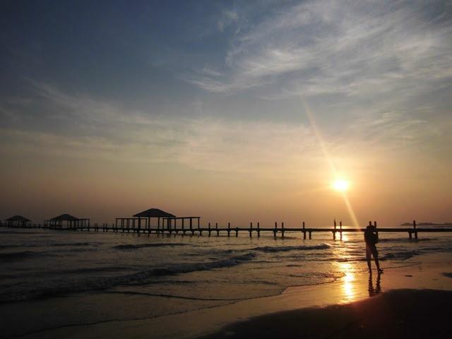 Pemandangan Indah Sunrise di Pantai Alam Indah Tegal
