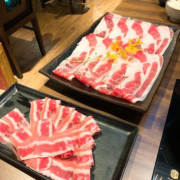 👉🏻牛五花 $280 👉🏻現打卡按讚送 牛或豬 👉🏻服務費10%   不管豬肉還是牛肉都很順口 切的不會太厚 薄度剛剛好 飲料有多種選擇 用成外面手搖飲的樣子 吃完飯還方便攜帶 裝潢設計也