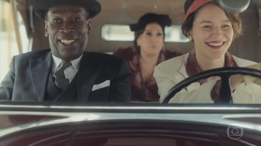 Adelaide se diverte dirigindo o carro, enquanto tia Emília parece aborrecida em Éramos Seis