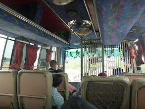 Photo: Dálkový autobus zevnitř. Za povšimnutí stojí mříž mezi řidičem a pasažéry (pravděpodobně složí jako prevence, aby lidé při srážce neproletěli předním oknem) a klimatizace ve formě otočných ventilátorů (zapínají se jenom v zácpách).