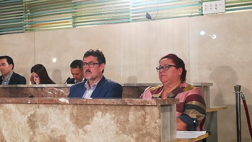 Rafael Esteban junto a Amalia Román en una sesión plenaria