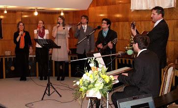 Photo: A család nevében D. Nagy Áron és Balázs köszönti a beiktatott lelkipásztort Tamás kedvenc dalával, és a dicsőítőkkel karöltve.