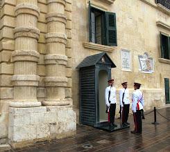 Photo: 244 La Valette, palais présidentiel & chambre députés, relève garde