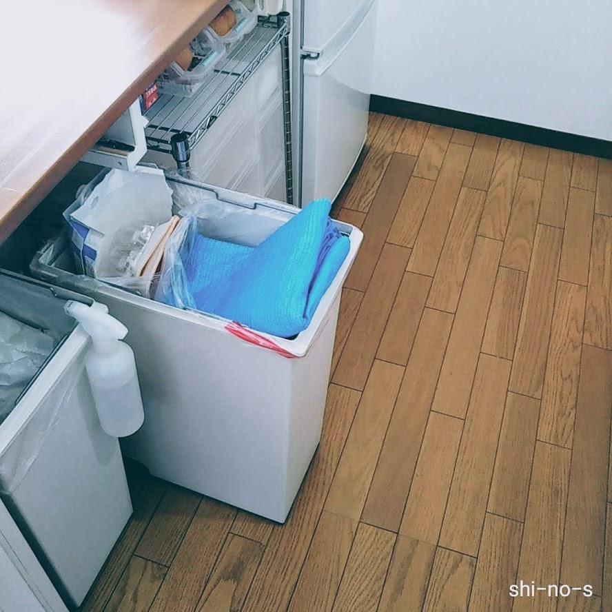 ブルーシートがゴミ箱に。