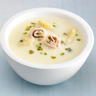 Spargelcreme Suppe mit Pistazien-Puten-Röllchen
