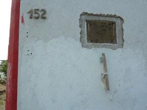 Bunkerwand, Hausnummer 152, mit Gedenktafel (kein Text erkennbar).