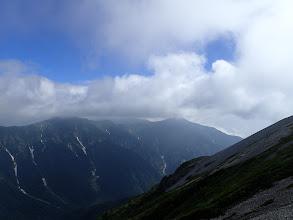 爺ヶ岳の左奥に鹿島槍ヶ岳が薄っすらと
