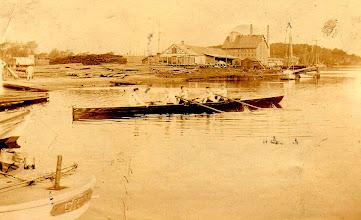 Photo: 1904-1910 Odense Roklub gør klar til roning i bunden af Odense Havn.