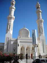 Photo: In Dahar, dem neueren Stadtkern von Hurghada schlägt das gesellschaftliche Herz der Stadt mit vielen Restaurants, Hotels und nicht zuletzt dem Souk, dem typisch arabischen Basar. Sehenswert ist auch die Aldahaar-Moschee im Zentrum. Der imposante Bau mit zwei schlanken Minaretten beherrscht das Erscheinungsbild des Ortes und ist schon von weitem zu sehen. Die Moschee wirkt wie ein Werk aus einer anderen Welt oder anderen Zeit.